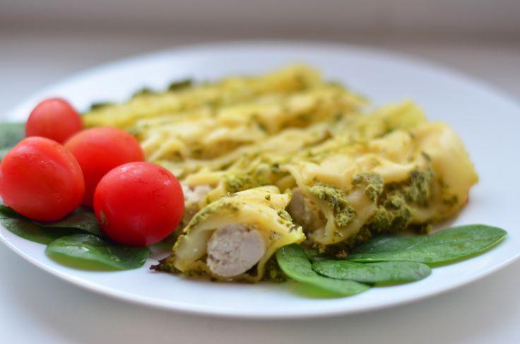 """Вид не самый лучший, но вкусно)  Это паста каннеллони, фаршированная фаршем из индейки с сыром рикотта.  Ингредиенты: - Паста """"Каннеллони"""" - мясо курицы или индейки ( сдлать фарш) - рикотта - соль и специи  Для соуса, в котором запекать: - сметана 10% -шпинат -специи Все в блендер  ! Пасту отваривать не надо.  Наполнить ее фаршем с рикоттой . Выложить в форму и залить соусом.  В духовку на 40 минут при температуре 180 градусов."""
