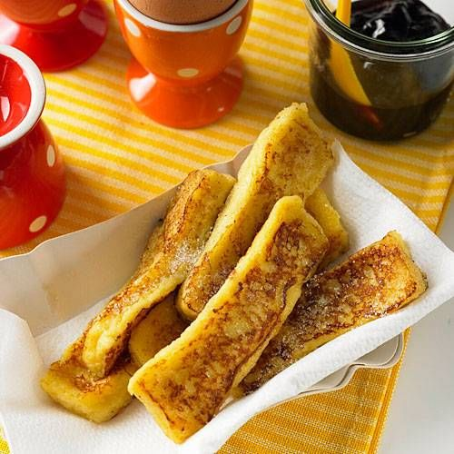 Die süßen Toaststreifen sind auch als French Toast oder Arme Ritter bekannt. Sie werden süß gewürzt, dann kross gebacken und schließlich mit Konfitüre serviert. Mama wird sich freuen!
