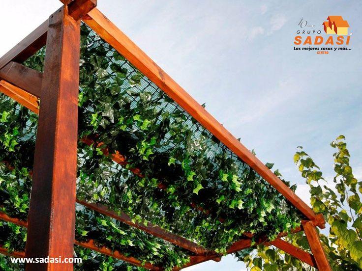 #decoracion LAS MEJORES CASAS DE MÉXICO. Las enredaderas son una excelente opción para decorar el jardín, ya que se verán muy bien en los muros de la casa pero sobre todo en pérgolas, ya que se enredarán en el techo, dándole una mejor sombra para aprovechar el área verde del hogar. En Grupo Sadasi, le invitamos a conocer nuestros desarrollos, donde encontrará la mejor opción de vivienda, para usted y su familia. informes@sadasi.com