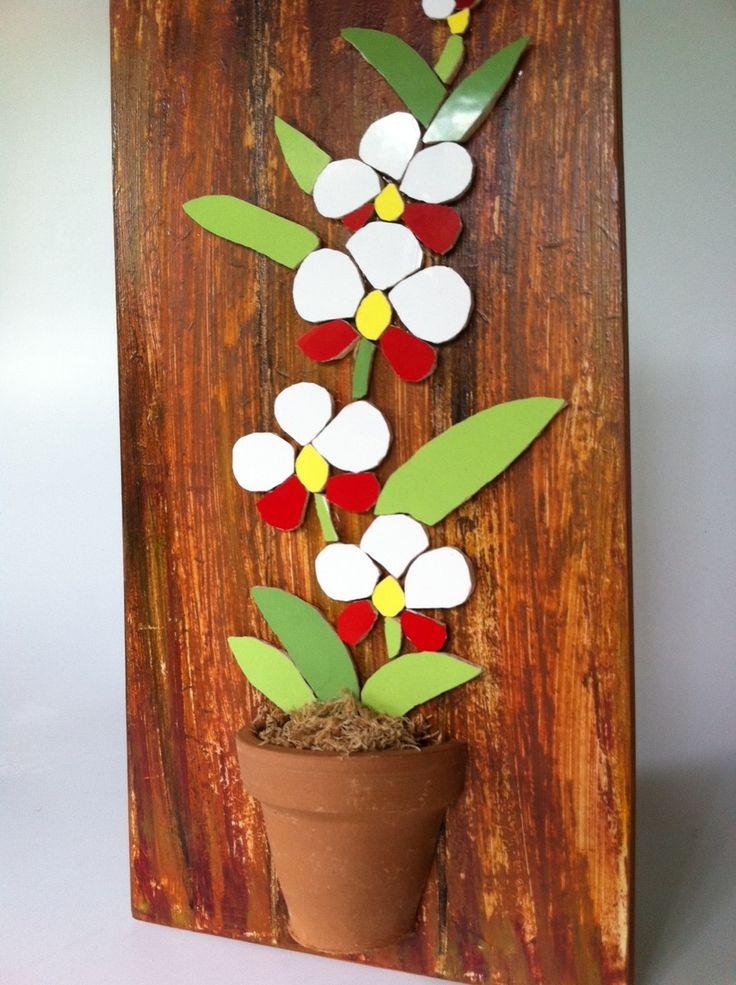 """Traga a primavera para perto de você! Quadrinho em mdf com pintura imitando madeira de demolição com uma linda orquídea em azulejo totalmente recortada manualmente. A orquídea está """"plantada"""" dentro de um vasinho de cerâmica. Ficará um encanto num cantinho especial de seu lar! Uma ótima opção tam..."""