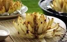 Sweet Vidalia Onion Bloom: Place onion halves sliced side up on aluminum foil and evenly distribute butter, bread crumbs and parsley in the onion cups. Top with cheese and salt and pepper. Fold aluminum foil around onion until all ends meet to make a tight seal.