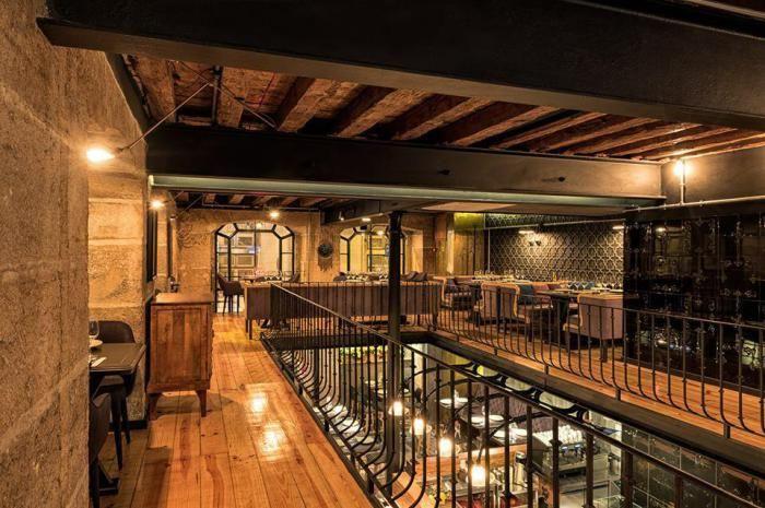 Дизайнеры почистили натуральный камень на стенах и открыли деревянные перекрытия на потолке, ранее спрятанные под гипсокартоном.