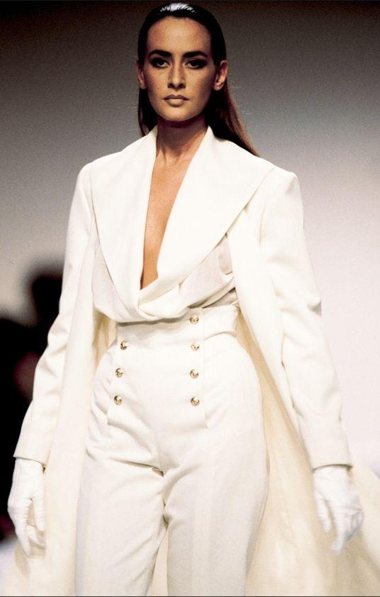 """En la década de 1990, el traje con chaqueta asumió un aspecto más suave. Los expertos opinan que fue """"fenomenalmente costosa y lujosa, pero no realmente embellecida"""". (Getty Images/Archivo)"""