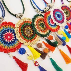 Meine hängenden Halsketten sind bereit für die Saison – sie haben mich anstrengen lassen, aber es hat sich gelohnt …   – medaglioni a uncinetto per collane