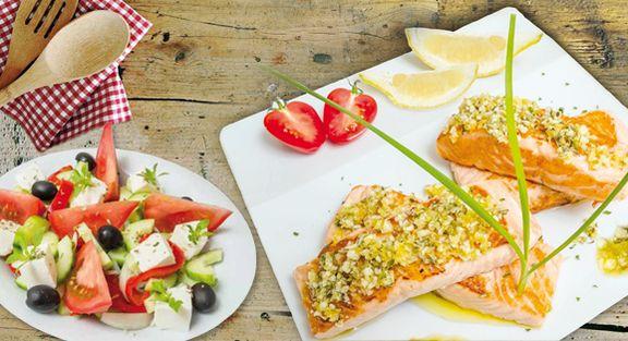 Filetes de salmão grelhados com salada grega
