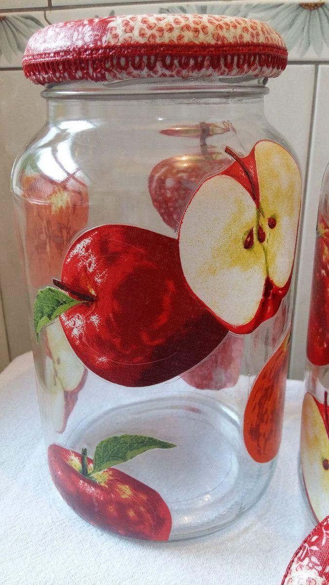 Kit de potes de vidro com decoupage de maçãs, tampa revestida com tecido em patchwork.  O modelo do vidro é de palmito com a tampa de boca larga que mede 10 cm (a tampa é de metal).