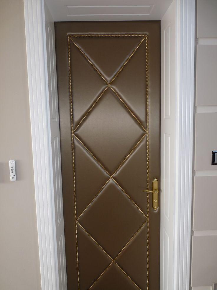 klasszikus fedőfestett mdf beltéri ajtó, mart borítással és mélybéléssel, műbőrrel borított ajtólappal