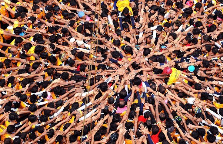 Devotos hindús antes de intentar formar una pirámide humana durante las celebraciones del festival Janmashtami, que marca el nacimiento del dios hindú Krishna, en Mumbai el 18 de agosto. Indranil Mukher /AFP / Getty Images