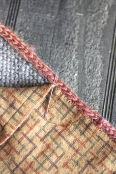 pour faire une doublure en tissu à un tricot... http://techknitting.blogspot.com/2008/05/best-way-to-attach-lining-fabric-to.html