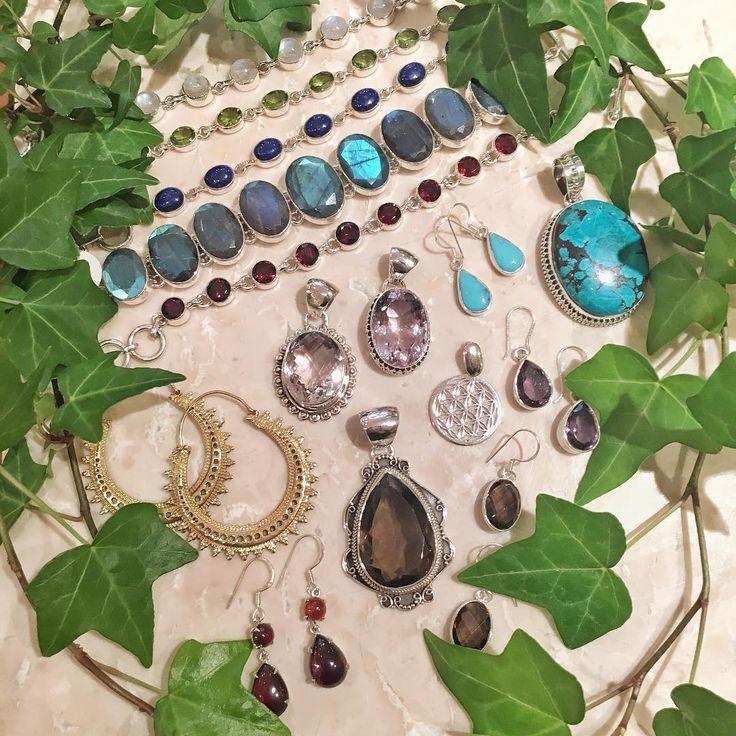 Äntligen! Nu håller vi på att fylla på butikerna med vårnyheter i alla möjliga former, stenar och prisklasser!  Välkommen förbi butikerna i Gamla Stan och på Slussen ☀️ #turquoise #granat #smokeyquartz #labradorite #jewellery #amethyst #peridot #lapislazuli #garnet #floweroflife #turkos #rökkvarts #hessonitegarnet #ametist #smycken #kristallrummet #regnbågsmånsten #summertime #crystals
