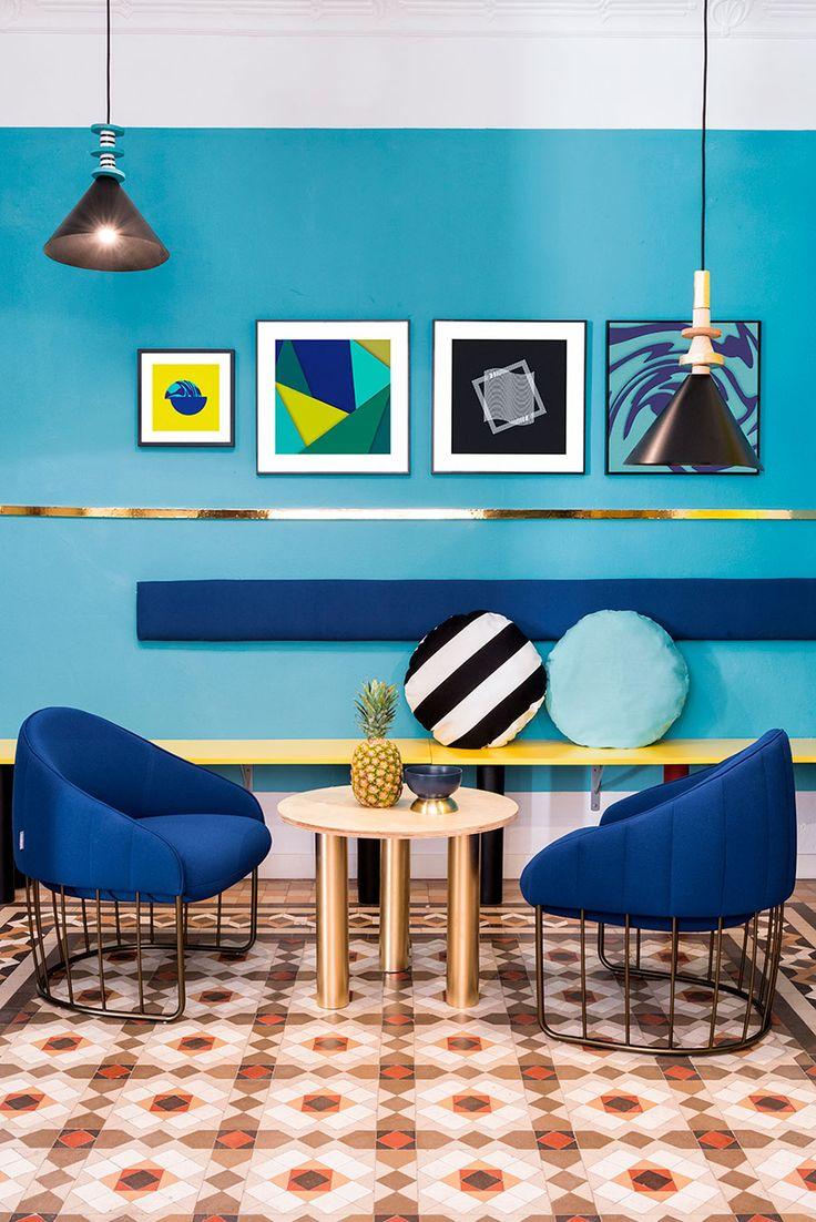 Casa colorida, decoração colorida, apartamento colorido, com cadeiras coloridas, cadeiras diferentes, poltrona azul e parede azul.