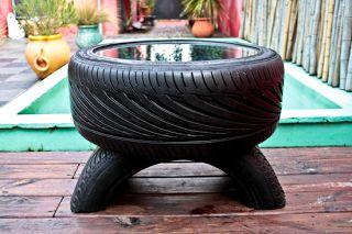 Mesa para el jardín elaborado con viejos neumáticos.