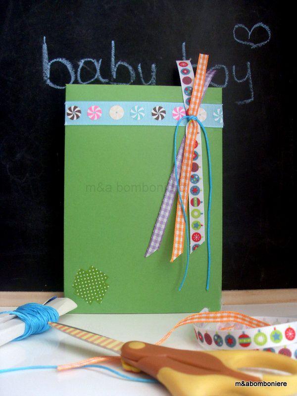 Γεμάτη κορδελίτσες αυτή η πράσινη μπομπονιερίτσα... Πράσινο φακελάκι με πολύχρωμες και καρώ κορδέλες, τυρκουάζ κορδονάκι και μια μικρή λεπτομέρεια από πράσινο πουά washi tape. Τιμή: 1,50 ευρώ.