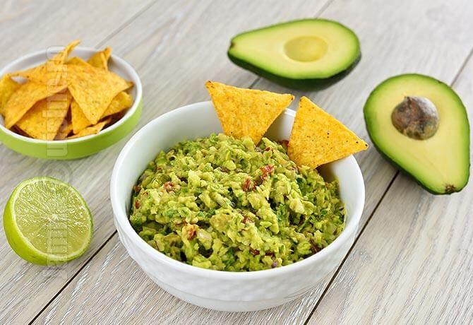Guacamole este un sos sau o salata pe baza de avocado extrem de gustos si de sanatos.