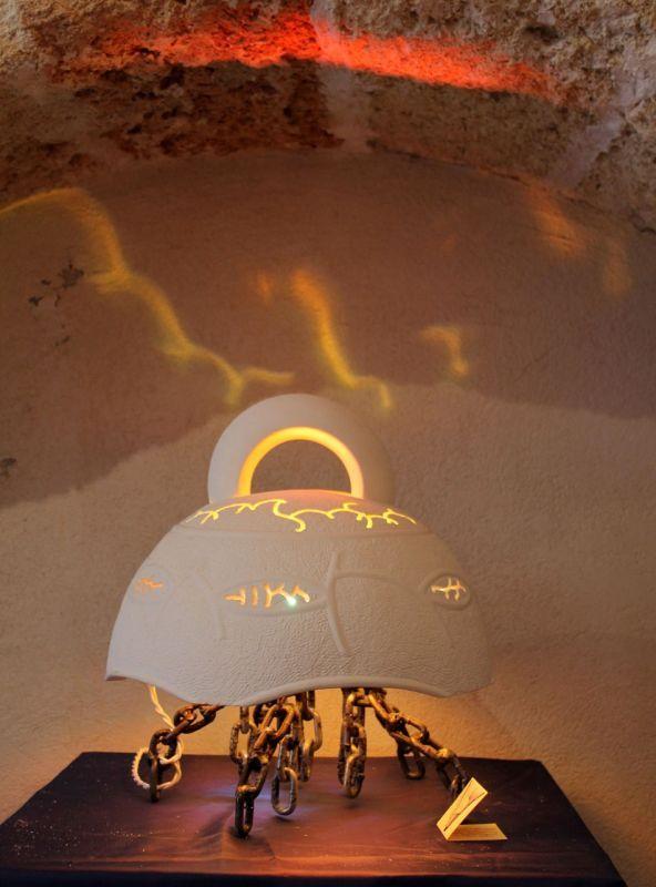 Lampada da tavolo Alba  Lampada da tavolo realizzata in pietra calcarea della Valle d'Itria, lavorata interamente a mano mediante attrezzi tradizionali personalizzati. Basamento originale e realizzato con catene di ferro.  #artigianato #madeinitaly #italy #lampade