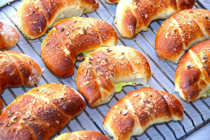 Horn med creme er skønne kager, der er meget nemme at bage. De laves af en god bløddej, og rulles sammen om kagecreme, inden de bages lækre og luftige i ovnen. Horn med creme er en