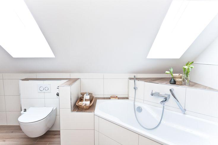 Die Schräge schließt auch das WC mit ein, welches durch eine eingezogene Trockenbauwand dezent vom Badewannenbereich abgetrennt ist.  #WC #eckbadewa…
