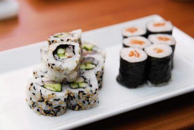 Ассорти из маки-роллов с норвежской сельдью и семгой (фото) | Основные блюда | Рецепты