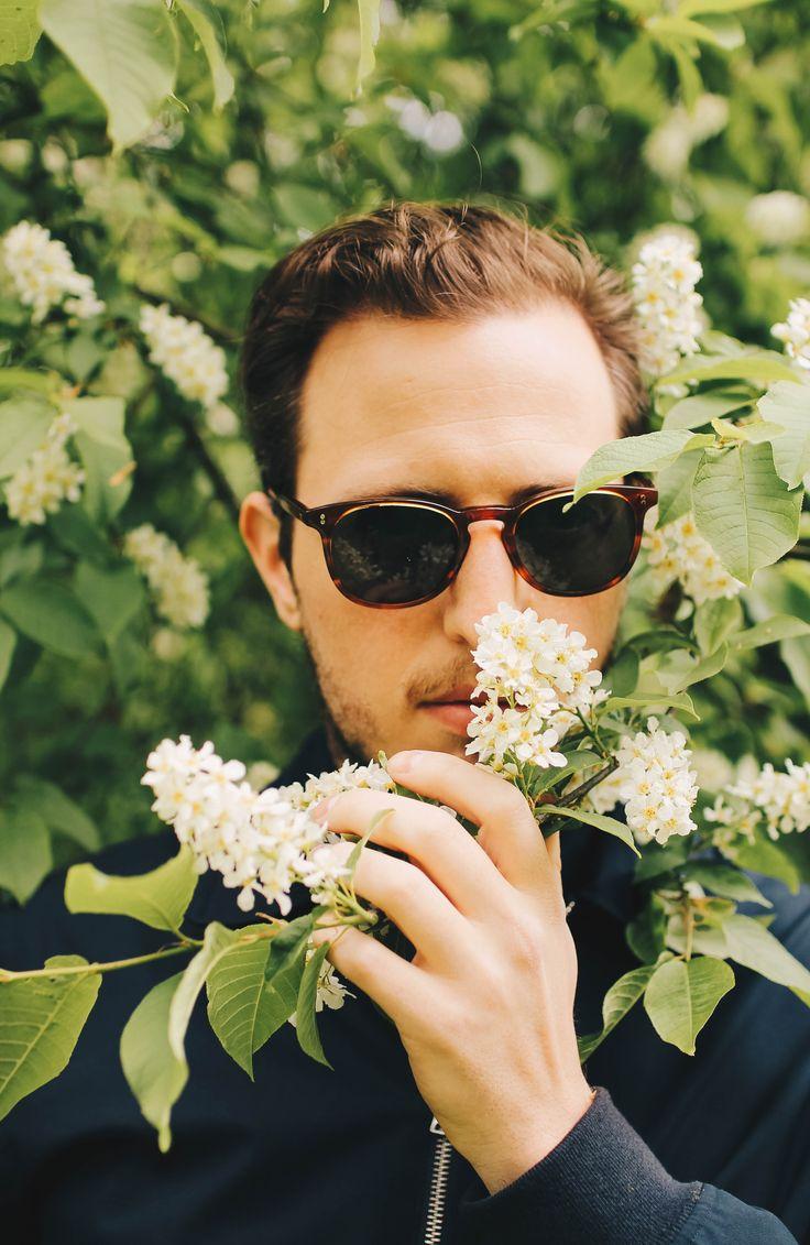 En ung entreprenör doftar på vackra blommor!
