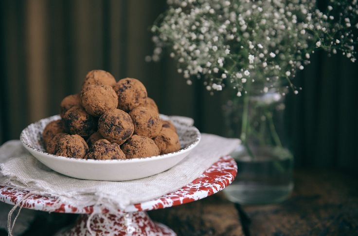 These are seriously the most delicious little chocolate truffles, made entirely out of two ingredients, soft caramel medjool dates & cocoa or cacao powder. This recipe is also very easily adapted! try adding a dash of  peppermint extract, orange zest or dehydrated raspberry powder for a truly delightful treat.