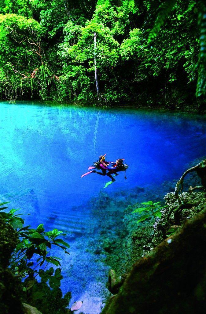 バヌアツのジャングルの奥地にある、空が落ちてできたという伝説が残る青い湖。大地に含まれるブルーの宝石「ラピスラズリ」の成分が溶けこんでできたというブルーホールの青色。神秘なる絶景スポット。