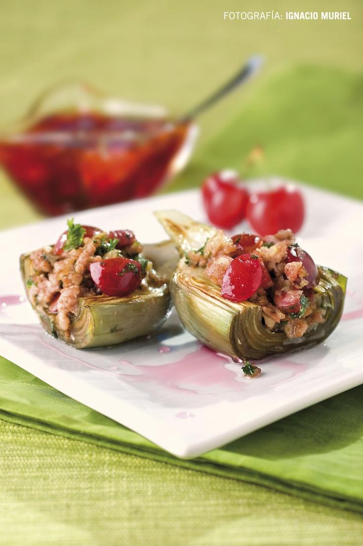 ALCACHOFAS RELLENAS DE CEREZAS - Ingredientes: 8 alcachofas, 100 g cebolla picada,  100 g cerezas, 100 g carne magra de cerdo picada, 90 g jamón desmenuzado, aceite de oliva, perejil, sal y pimienta, 2 dientes de ajo picados, 2 hojas de laurel, hierbas aromáticas. Hervir las alcachofas con un poco de sal. En una sartén calentar aceite, cebolla, cerezas, carne picada, jamón. Añadir perejil, sal y pimienta y mezclar. Colocar relleno en las alcachofas. Hornear a 180ºC 20 min. FOTO: Ignacio…