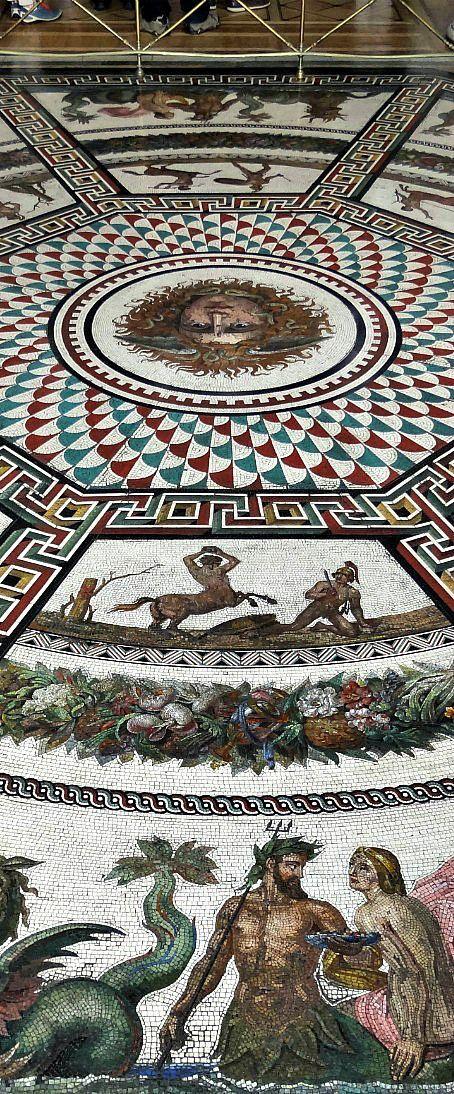 Mosaico de azulejos en el suelo del Palacio de Invierno. Rusia
