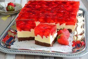 z cukrem pudrem: biszkopt z kremem karpatkowym i owocami