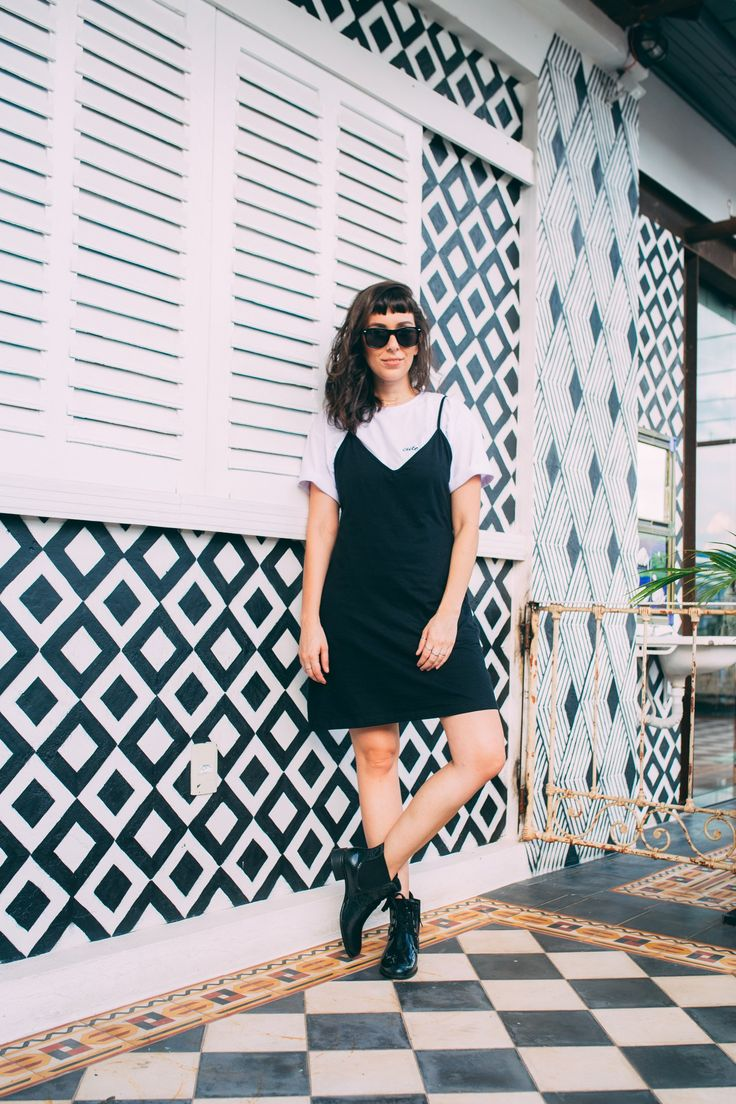 look a saga da bota, estilo anos 90, como usar slip dress, minimalismo, look básico