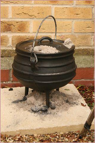 'n Gietysterpotjie is 'n móét vir enige Suid-Afrikaanse braai! Jy kan die vleis en sommer bygeregte, soos 'n heerlike potrood, daarin maak.