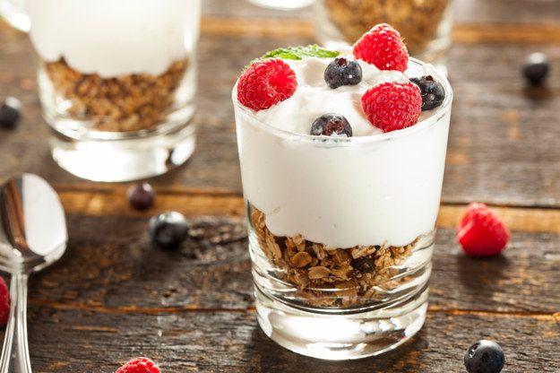 Parfait de frutos rojos, vainilla, yogurt y granola.