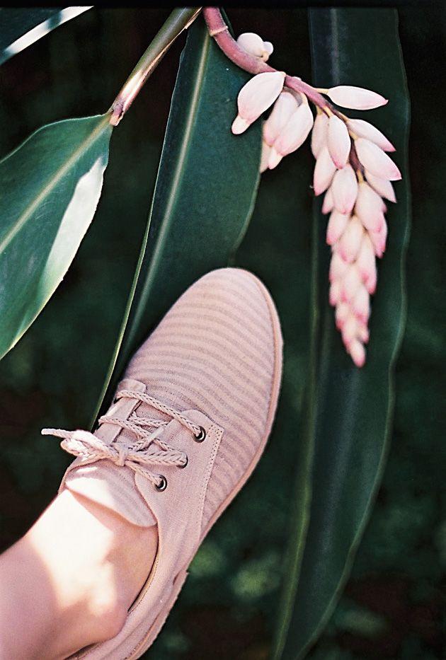 É que a junção da Flavia, conhecida por seus tingimentos naturais, e a Insecta, com seus sapatos veganos, só poderia resultar em modelos delicados e comprometidos com o meio-ambiente.