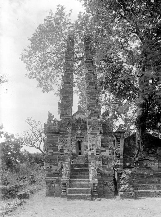File:COLLECTIE TROPENMUSEUM Gespleten poort van de Pura Gunung Sekar bij Sangsit TMnr 10024124.jpg