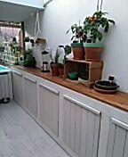 De keuken is prima voor de tomaat  citroengras rodepeper kruiden etc etc door het serre dak.  Smullen uit eigen keuken en tuin