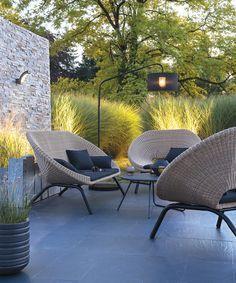 IDÉE POUR GRAMINÉES EN BORDURE DE PATIO - Contemporary patio furniture idea.