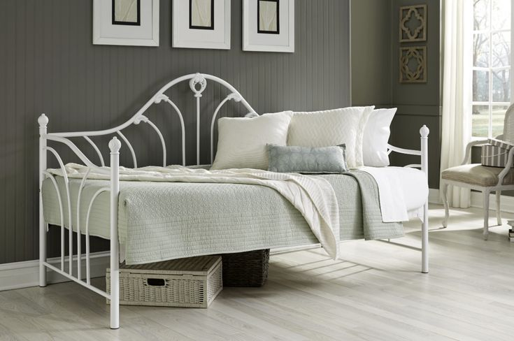 Glossy White Victorian Daybed