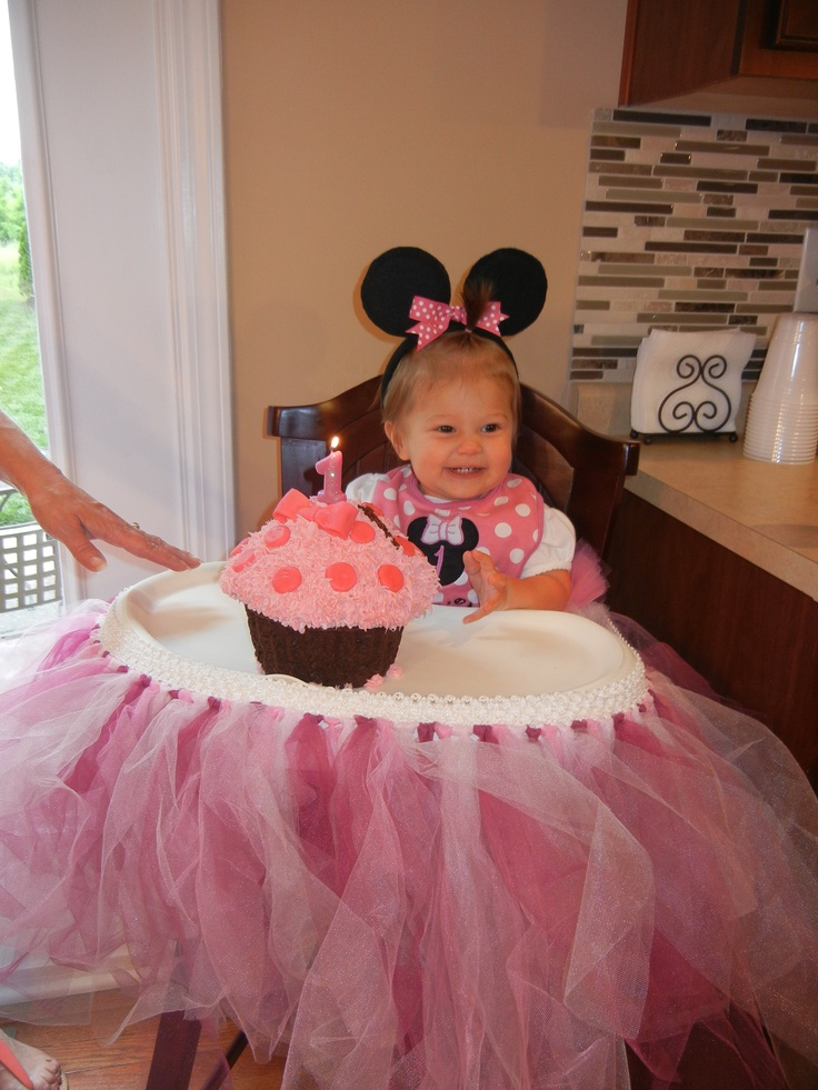 Minnie Mouse 1st birthday girl. I love this just not as mini mouse, maybe a fairy. Keep the tule on the tray though :)