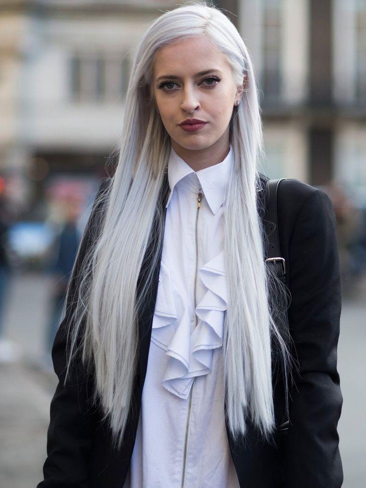 Ganz weißes Haar, natürlich gefärbt, ist eine Herausforderung! Es soltle bestenfalls keinen Gelbschimmer bekommen und auch keinen Lila-Touch, was leicht durch zuviel Silbershampoo passieren kann. Wenn ihr dann aber den strahlend weißen Ton erreicht habt, stehen auch Stylemäßig alle Türen offen, so elegant und edgy wirkt dieser Look!
