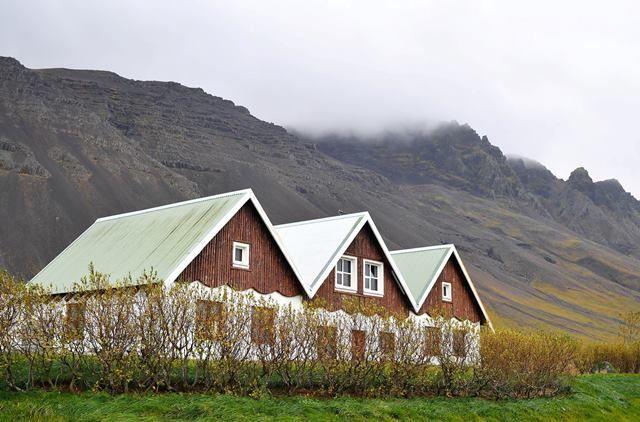 Hem İngilizce, hem de İzlanda dilinde buzlar ülkesi anlamına gelen izlanda, jeotermal su kaynaklarının da zenginliği nedeniyle ''Ateş ve Buz Ülkesi'' olarak anılıyor.