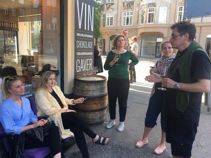 Udenfor vinbutikken