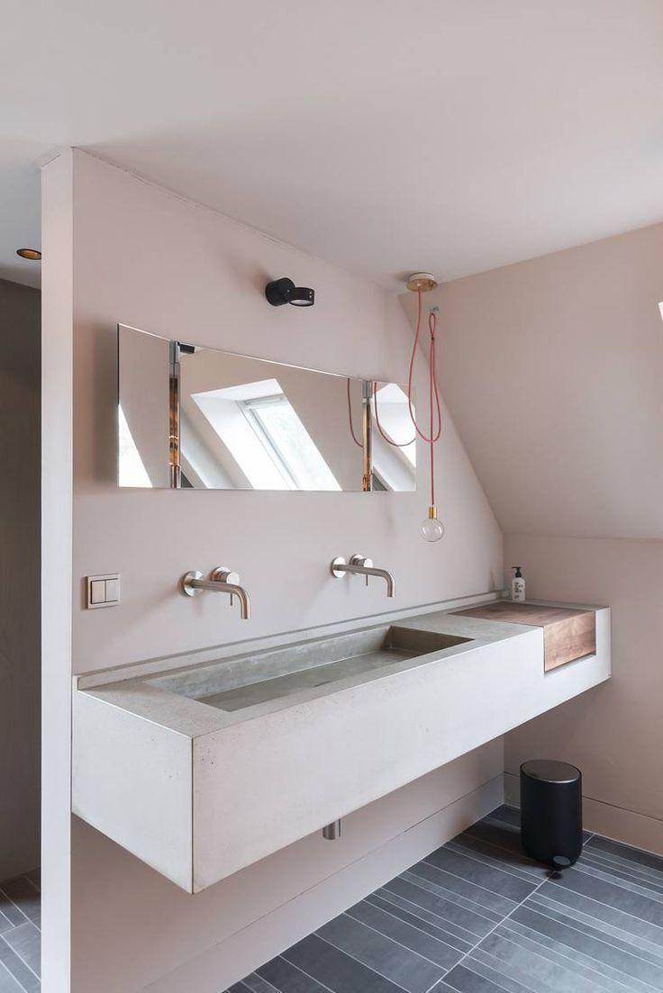 Umbau Des Dachgeschosses Eines Einfamilienhauses. Gestaltung Des Badezimmers  Mit Objekten Aus Beton.