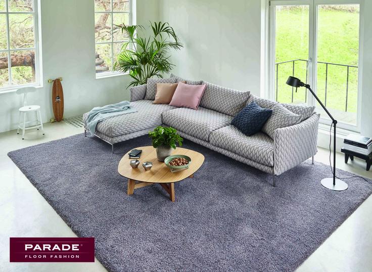 Het modern, klassieke #interieur krijgt een warme uitstraling met een paars #tapijt van Parade