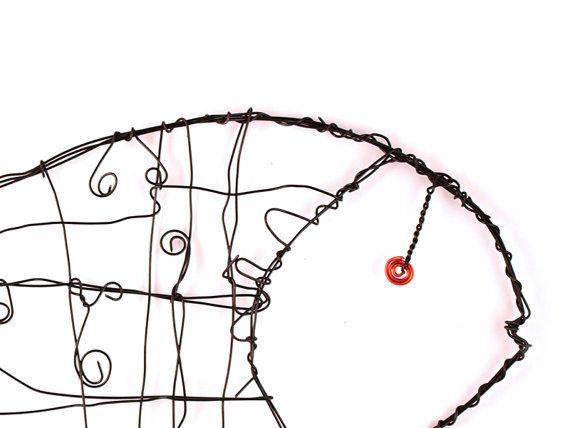 Draht-Kunst, Wire Fisch Skulptur, zu Fischen, Fisch, Draht, Draht-Tier, Hauptdekor Fische, Schwarze Fische  Dieses schöne Kunstwerk besteht aus schwarz... mm dicken Draht verdreht in der Form eines Fisches. Wenn an der Wand platziert, wodurch die Draht-Technik dieses Kunstwerk Gefühl Volumen und Form, eine Art einen 3D-Effekt. Die geriebenen Fische bietet Ihnen unzählige Möglichkeiten für hängend an der Wand und auch von der Decke, die Lampe, die Gardinenstange und wo auch immer Sie sich…