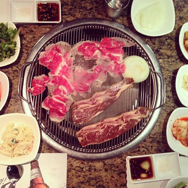Moodaepo II à Los Angeles, CA ayce korean bbq. also very fun and loud. plays korean music videos in the background. wear clothes you don't mind getting stinky!