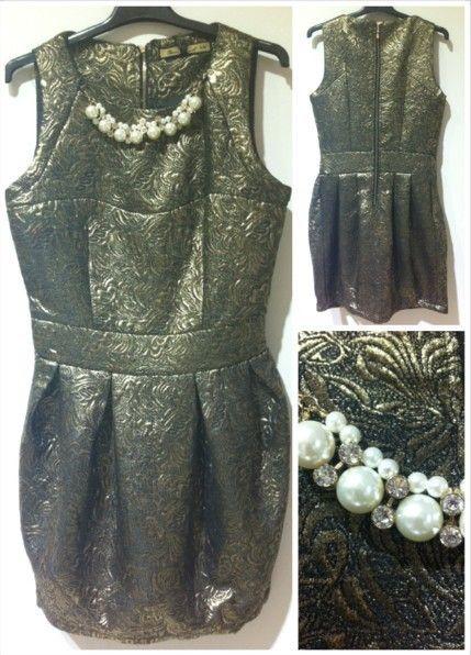 Vestido con perlas en el cuello | Silvia SolerSilvia Soler Vestido con perlas en el cuello . Consulte su disponibilidad para su venta OnLine por internet  por teléfono.