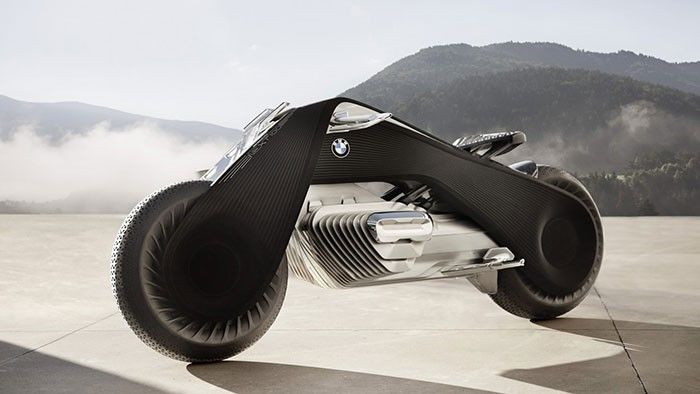 BMW célèbre cette année son centenaire et quoi de mieux pour fêter ça que de présenter un concept étonnant de moto du futur, une moto qui sortira… dans cent an, en 2116 ! Voici donc la Motorrad Vision Next 100.  Son design est un mélange entre la moto de Tron, de Batman et d'Akira. Un carde noir assez large en forme de triangle, recouvert d'une couche mate. Sa structure Flexframe est censé assurer un meilleur maintien de la moto, elle est également pourvue d'une multitude de capteurs et...