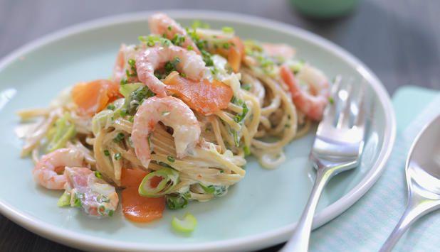 Spaghetti er noe barna liker, så hvorfor ikke prøve denne oppskriften med røkt laks, reker og crème fraîche neste gang? Den passer perfekt i en travel hverdag.