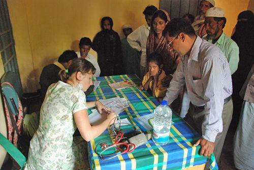 """Nasz szpital ma czterdzieści łóżek dla chorych, trzy gabinety lekarskie w przychodni, własne laboratorium, aptekę, pracownię rentgenowską, salę operacyjną i porodową. Całość jest projektem charytatywnej fundacji """"HOPE for Bangladesh"""",  pozarządowej organizacji stworzonej i utrzymywanej przez Bengalczyków mieszkających w Stanach Zjednoczonych. Ania i Krzysztof Olechowie, Pani Doktor Boleść i Pan Doktor Ból o wolontariacie w szpitalu w Azji."""