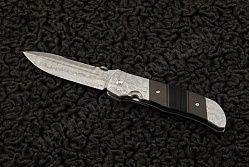 Нож Eagle rock db от Bob Terzuola. Боб Терзуола выполнил нож из дамасской стали, со вставной взрезкой из черного дерева на рукояти. Имя производителя известно в своей области. Современный тактический раскладной нож во многом обязан своим появлением благодаря трудам Терзуолы в свое время.