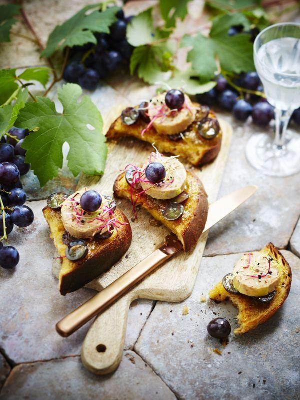 Pour 2 personnes – Temps de préparation: 5 min – Temps de cuisson: 4/5 min Ingrédients: 4 tartines de pain de campagne ou complet 1 cuillère à soupe d'huile d'olive 2 cuillères à soupe de confiture de figues ou de confiture d'oignons 4 petites tranches de foie gras de canard 1 grappe de raisin noir …